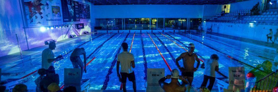 """Pirmajā """"Nakts peldējumā"""" Valmierā nopeldēti 15,35 km"""